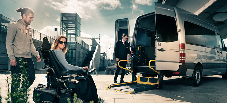 Transportbil med öppen baklucka och lift nerfälld.