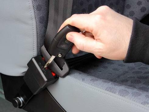 Öppnar änglavakten med bilnyckeln