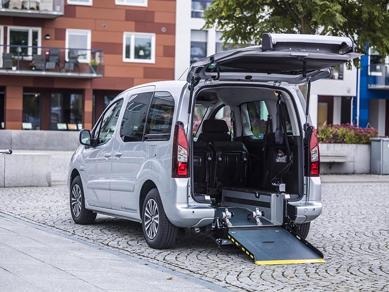 Peugeot partner flexiramp med öppen backlucka och ramp utfälld.