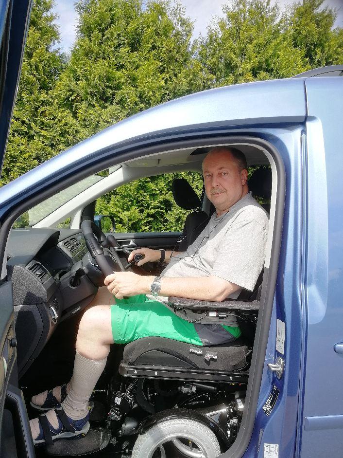 Bild på Jonas som sitter på förarplatsen i sin VW Caddy.