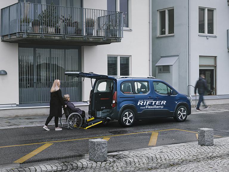 Peugeot Rifter FlexiRamp med öppen backlucka och ramp utfälld.