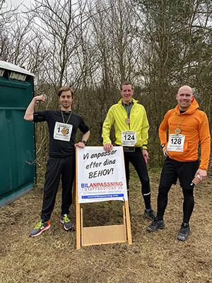 3 löpare vid skylt