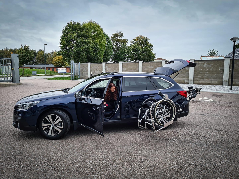 Johanna i sin bil med rullstolsrobot